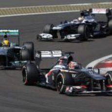 Nico Hülkenberg intenta mantener detrás a Nico Rosberg en carrera