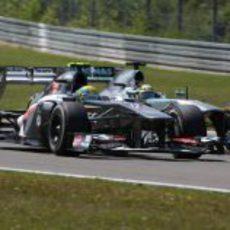 Esteban Gutierrez es adelantado por Nico Rosberg