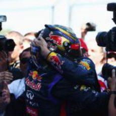 Sebastian Vettel abraz a su equipo