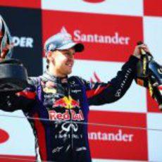 Trofeo y champán para Sebastian Vettel