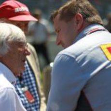 Paul Hembery habla con Bernie Ecclestone y Niki Lauda