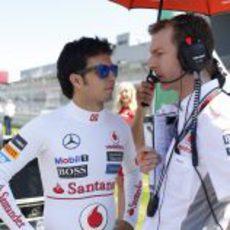 Sergio Pérez habla con un ingeniero antes del GP de Alemania