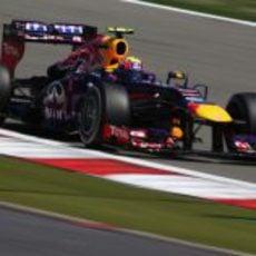 Mark Webber perdió un neumático en su primera parada