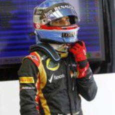 Nicolas Prost se ajusta el casco