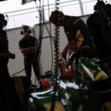Últimos preparativos en el CT03 de Rossi