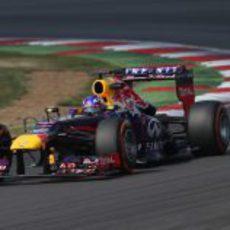 Daniel Ricciardo controla el RB9 por las curvas del circuito de Silverstone
