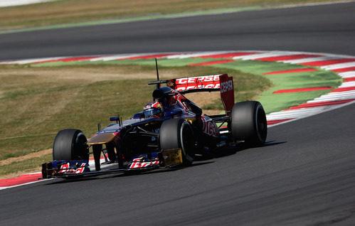 Daniil Kvyat rueda con el STR8 en Silverstone