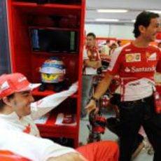 Fernando Alonso y Pedro de la Rosa bromean en Ferrari