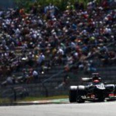 Kimi Räikkönen rueda ante el público
