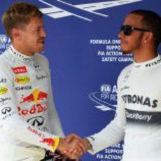 Sebastian Vettel felicita a Lewis Hamilton