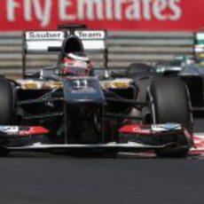 Nico Hülkenberg rueda por delante de Hamilton