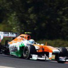 El Force India de Adrian Sutil toma una curva rápida