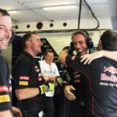 El equipo Toro Rosso celebra la octava posición de Ricciardo