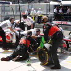 Jenson Button realiza un pit-stop a toda velocidad