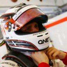 Max Chilton se ajusta el casco