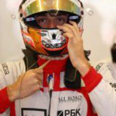 Jules Bianchi se ajusta el casco antes de salir al asfalto