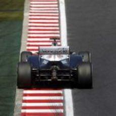 Pastor Maldonado a punto de pasar por línea de meta