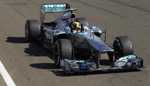 Lewis Hamilton celebra la victoria en el coche