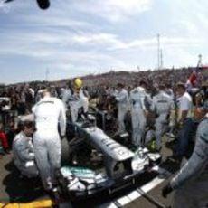 Lewis Hamilton llega al parque cerrado en Hungría