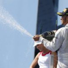 Lewis Hamilton descorcha el champán del ganador