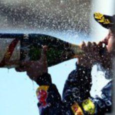 Sebastian Vettel bebe champán en el podio