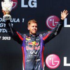 Sebastian Vettel alza el trofeo del tercer ganador