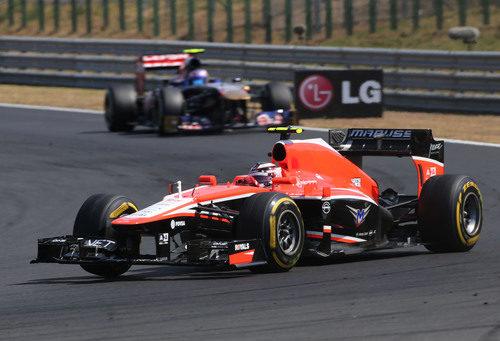 Max Chilton rueda por delante de Ricciardo