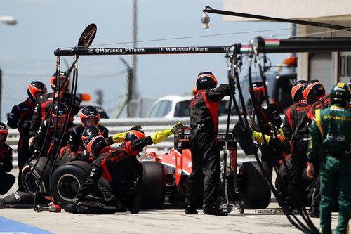 Cambio de gomas para Jules Bianchi en boxes