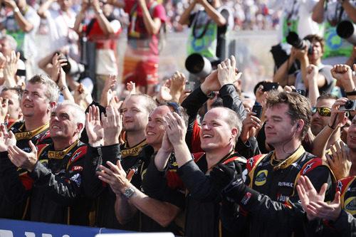 El equipo Lotus aplaude el resultado de Kimi Räikkönen