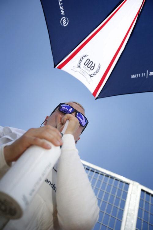Valtteri Bottas se hidrata antes de la carrera
