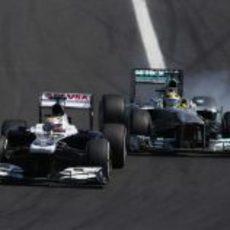 Pastor Maldonado intenta mantener posición con Nico Rosberg
