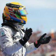 Lewis Hamilton aplaude ante su público