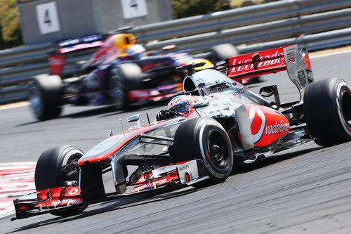 Jenson Button hizo de tapón a Sebastian Vettel