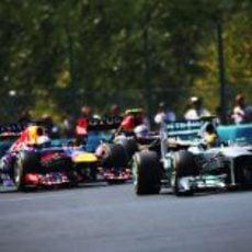 Sebastian Vettel, Romain Grosjean y Lewis Hamilton en pelotón