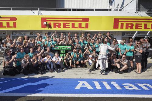 El equipo Mercedes celebra la victoria de Lewis Hamilton
