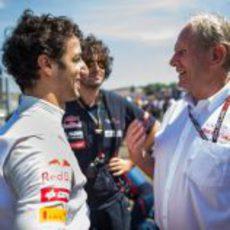 Daniel Ricciardo habla con Helmut Marko antes de la carrera
