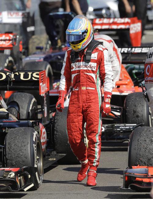 Fernando Alonso, resignado, en el parque cerrado