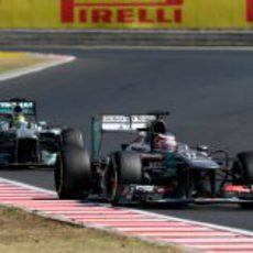 Nico Hülkenberg compite delante de Nico Rosberg por los puntos