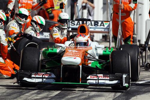 Paul di Resta realiza una parada en boxes
