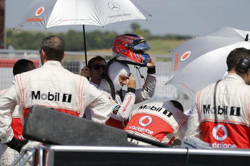 Jenson Button se pone el casco en la parrilla de Hungaroring