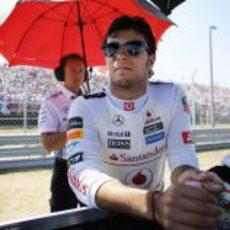 Sergio Pérez se relaja en la parrilla de Hungría antes de la salida