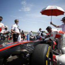 Jenson Button en el interior de su McLaren antes de la salida