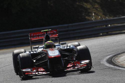 Sergio Pérez entrando en una curva durante la carrera de Hungría