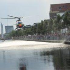 Un helicóptero en los canales de Assen