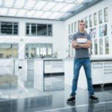 Sergey Sirotkin posa en la fábrica de Sauber