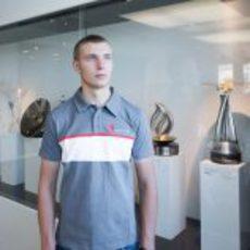 El joven junto a los trofeos de Sauber