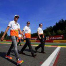 Adrian Sutil caminando en el 'track-walk'