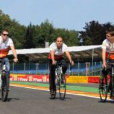 Paul di Resta opta por la bici para recorrer Spa