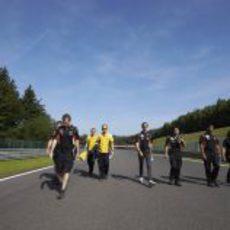 Paseo por el circuito de los chicos de Lotus