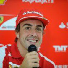 Fernando Alonso sonríe en un evento de prensa
